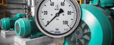 Liquid filled pressure gauge in its field of application